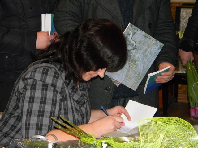 Презентація книжок Тетяни Череп (20120302m-Череп-автографи.JPG)